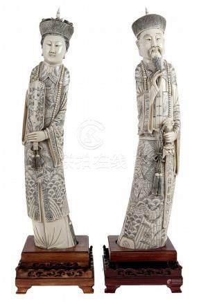 Keizer en keizerin. Gesculpteerd ivoor, deels gezwart. Chine