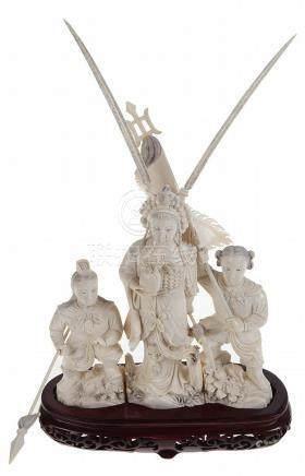 Groep in gesculpteerd ivoor met voorstelling van drie krijge