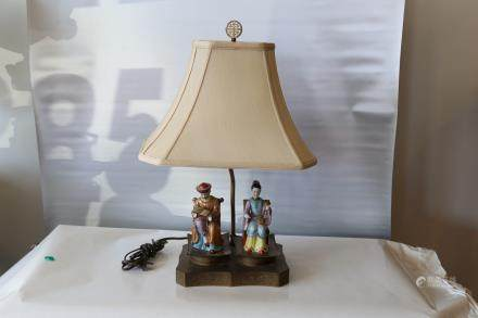 A chinese porcelain emperor queen statue lamp