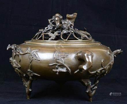 Beau et grand brûle parfum en bronze patiné.