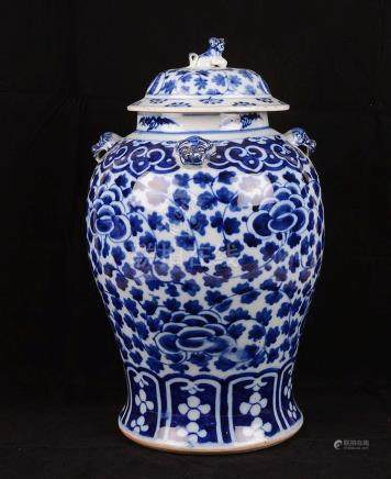 Grand vase couvert en porcelaine de Chine.