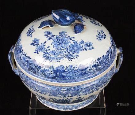 Belle et grande soupière en porcelaine de Chine.
