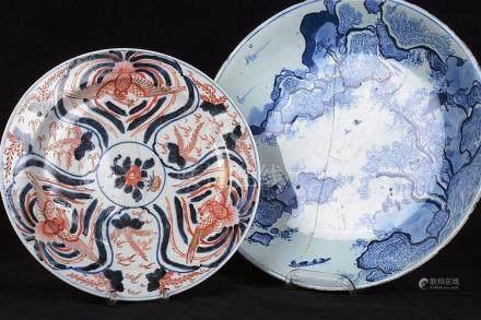 Un plat et une grande assiette en porcelaine de Chine.