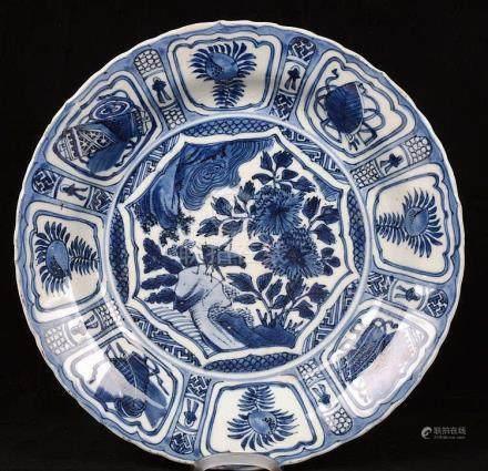 Belle assiette chantournée en porcelaine de Chine.
