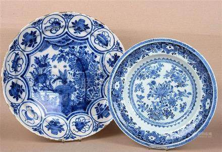 Suite de deux plats en faiënce et porcelaine.