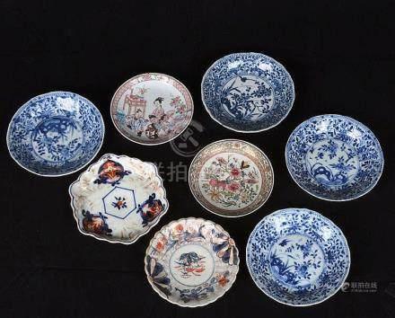 Suite de 8 sous tasses en porcelaine de Chine.