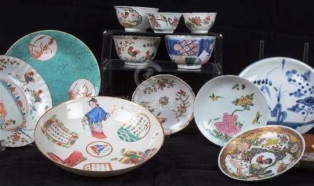 Suite de 9 sous-tasses et 5 pochons en porcelaine de Chine.