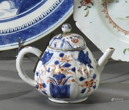 CHINE - Epoque KANGXI   (1662 - 1722) Petite verseuse côtelée en porcelaine à décor en bleu sous couverte