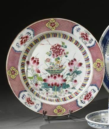 CHINE - Epoque YONGZHENG  (1723 - 1735) Plat rond en porcelaine à décor en émaux polychromes de la famille rose de lotus épanouis et pivoines dans un entourage de pétales