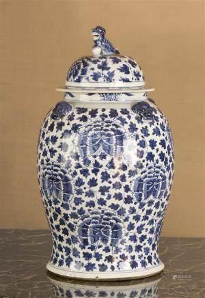 CHINE - XIXe siècle Grande potiche  en porcelaine à décor en bleu sous couverte de pivoines stylisées dans leur feuillage