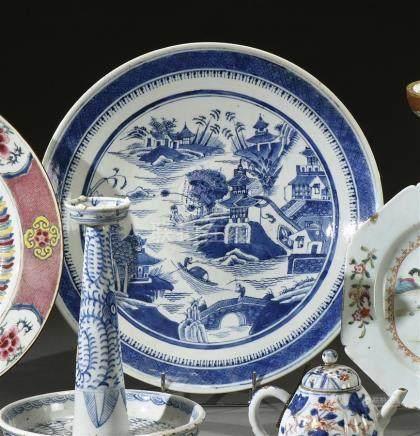 CHINE - Fin XIXe siècle Plat rond en porcelaine à décor en bleu sous couverte de pagodes dans un paysage lacustre