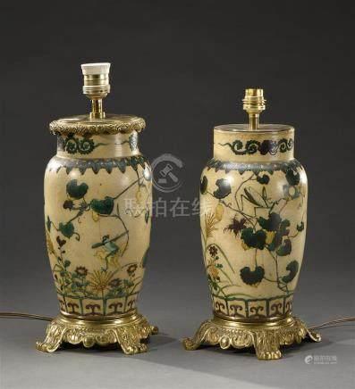 JAPON - XIXe siècle Paire de vases balustres en porcelaine à décor en émaux vert