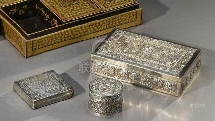 CHINE et Cambodge - Fin du XIXe siècle Trois boites en argent ciselé de fleurs stylisées et rinceaux et d'une scène du Ramayana.  Dimensions: 2 x 9