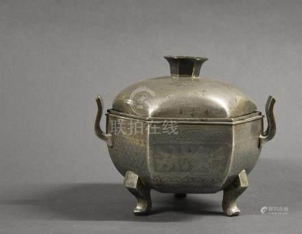 CHINE - Début XXe siècle Brûle parfum tripode en métal  à décor gravé de motifs géométriques