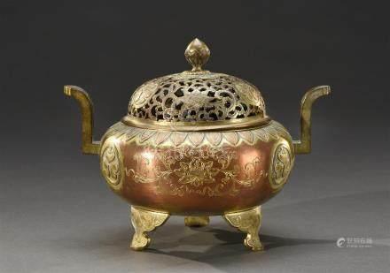 JAPON - Epoque EDO (1603 - 1868) Brûle-parfum tripode en cuivre doré à décor incisé sur la panse du môn des Tokugawa et de fleurs de lotus stylisées