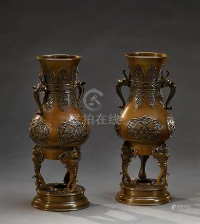 JAPON - Epoque MEIJI (1868 - 1912) Paire de vases balustres en bronze à patine brune reposant sur trois pieds en forme de singes