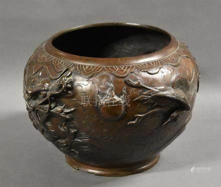 JAPON - Epoque MEIJI (1868 - 1912) Vasque en bronze à décor en relief d'un dragon pourchassant une grue.  H.23 cm. (Accident à la base)  Expert: Cabinet Portier et associés