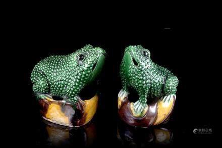 中國 十八/十九世紀 三彩釉陶瓷青蛙雕像 一對