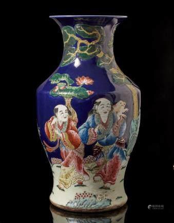 中國 二十世紀 乾隆仿款 藍地彩繪人物圖瓶