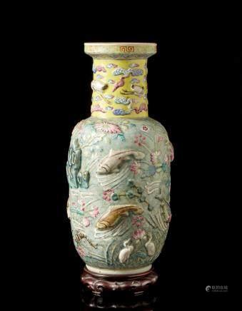 中國 十九世紀 萬曆仿款 粉彩魚藻浮紋瓶