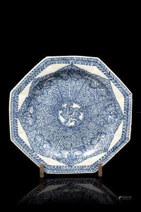 中國 十八世紀初 青花花卉紋八角盤