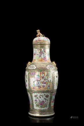 中國 十九世紀 廣彩人物花卉紋瓷瓶
