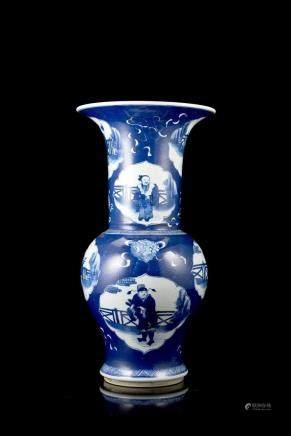 中國 十九世紀 康熙仿款 青花人物圖鳳尾瓶