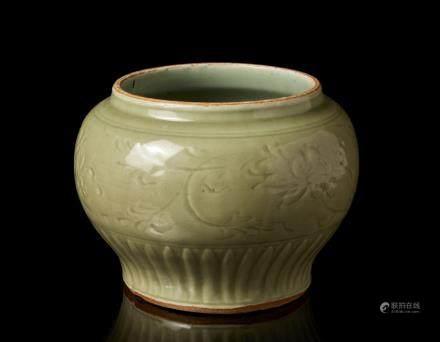 明 龍泉青釉花卉紋罐
