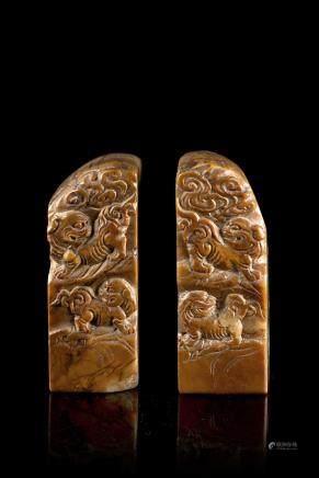 中國 二十世紀初 壽山石雕瑞獅紋印章 一對