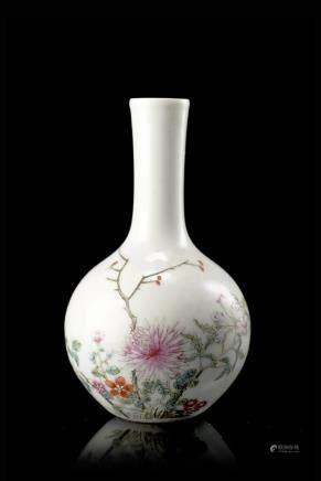 民國 彩繪花卉紋瓷瓶 礬紅底款
