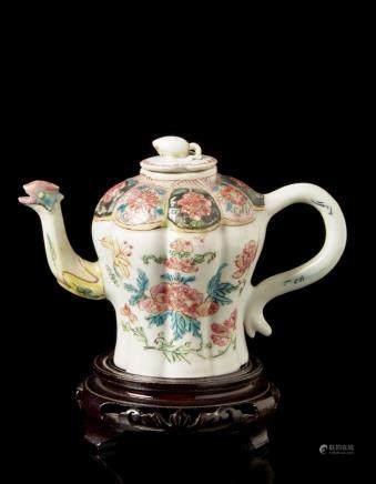 中國 十九世紀 粉彩花卉紋壺