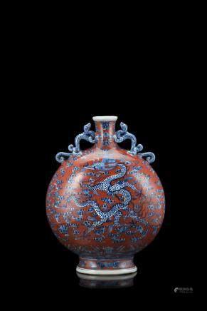 中國 二十世紀 萬曆仿款 紅地青花龍鳳紋寶月瓶