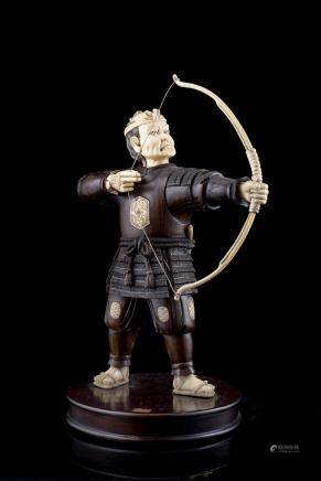 日本 二十世紀初 象牙及木雕弓箭手置物 落款