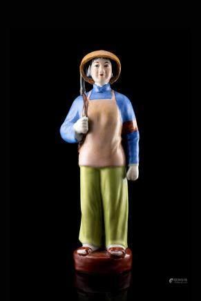 中國 二十世紀 彩繪陶瓷女軍人雕像