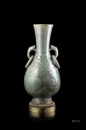 中國 十九世紀 青釉刻花卉紋雙耳瓶