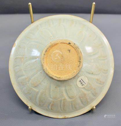 Un bol conique à couverte blanc - bleuté de type Qingbai avec un décor incisé [...]