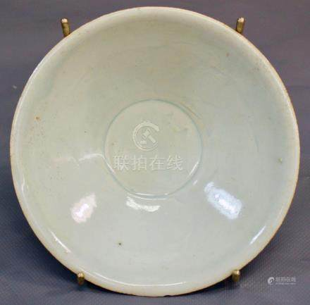 Grand bol conique à couverte blanc - bleuté de type Qingbai et à décor peigné de [...]
