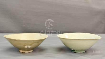 Deux grands bols coniques à couverte - blanc bleuté de type Qingbai à décor [...]