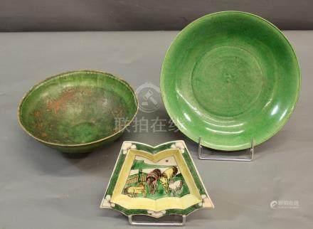 Un bol creux à décor floral - en sgraffito sur fond vert de type Cizhou, dynastie [...]