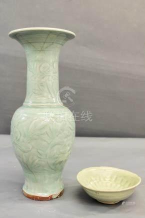 Un vase en céladon de Longquan - à décor de pivoines, Chine, dynastie Ming, [...]
