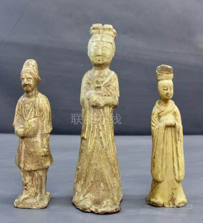 Une dame de Cour en terre - émaillée crème, dynastie Tang, on y joint une [...]
