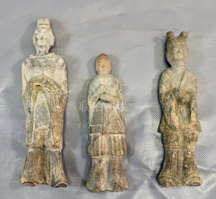 Trois figures d'intendants de Cour en - terre cuit grise, dynastie Wei. Petites [...]