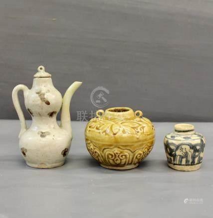 Rare verseuse couverte blanc bleuté Qingbai - à taches d'oxyde de fer, dynastie [...]