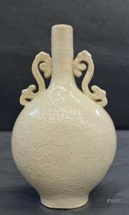 Rare gourde, dit gourde lunaire, en - Blanc de Chine à long col et à anses en [...]