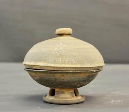 Un brûle parfum coréen couvert en - terre cuite grise, dynastie Silla. Quelques [...]