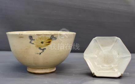 Un grand bol coréen en grès - à couverte blanc crème décoré d'une fleur [...]
