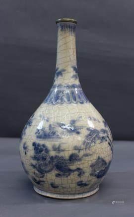 Vase bouteille à décor bleu sur - fond crème craquelé de chimères dans un [...]