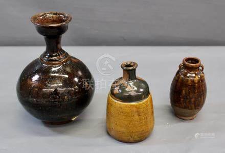 Un vase bouteille en grès à - col évasé à glaçure brune, Siam, Savan-Kalok, [...]