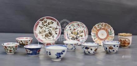 Une paire de sorbets Imari, période - Kangxi (1662-1722), 18ème à motifs floraux. [...]
