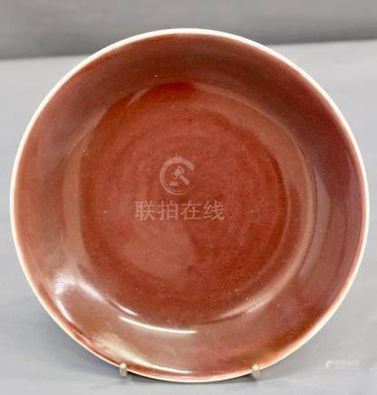 Une assiette sang de bœuf foie - de mulet, 18ème siècle. D : 20 cm, un petit [...]